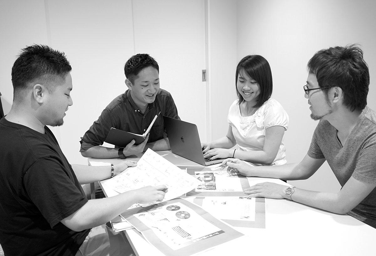 資料やPCを使って会議をするクリエイター&デザイナー