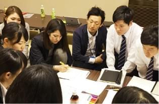 机に向かい合って集団で勉強をする就活生