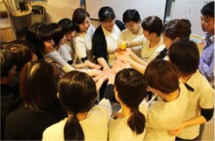 組織活性研修で円陣を組む社員